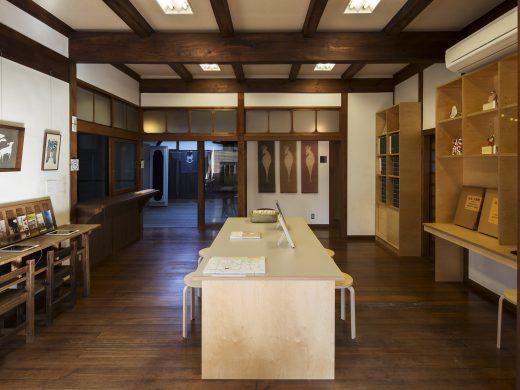 観光案内所繭の館内。建物も見ごたえあり。