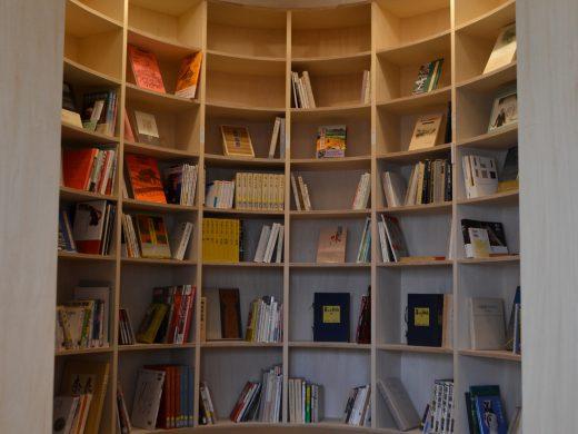 繭には、楕円の形をした書庫があります。