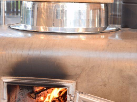 かまどに吉野桧の薪をくべてご飯を炊きます