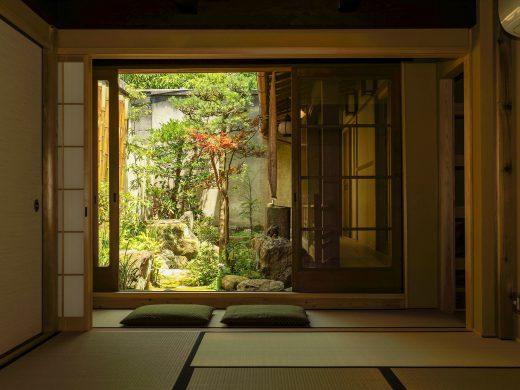 中庭の向こうは元興寺の境内。
