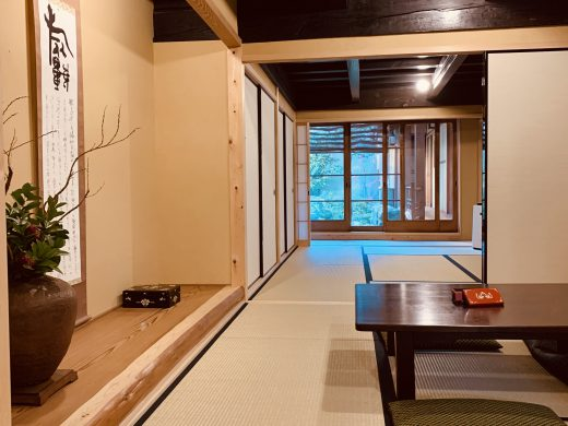 和室三間続き、奥には中庭の緑が現れます。