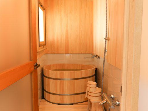檜風呂、「香りと水琴」窟優しい響きを耳と目で体感できます。